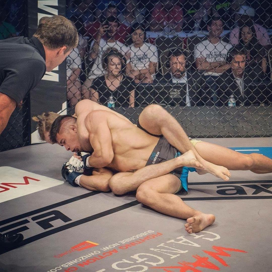 Tình huống fair-play nhất làng MMA: Đang đánh, dừng lại chờ đối thủ nhặt hàm - Ảnh 2.