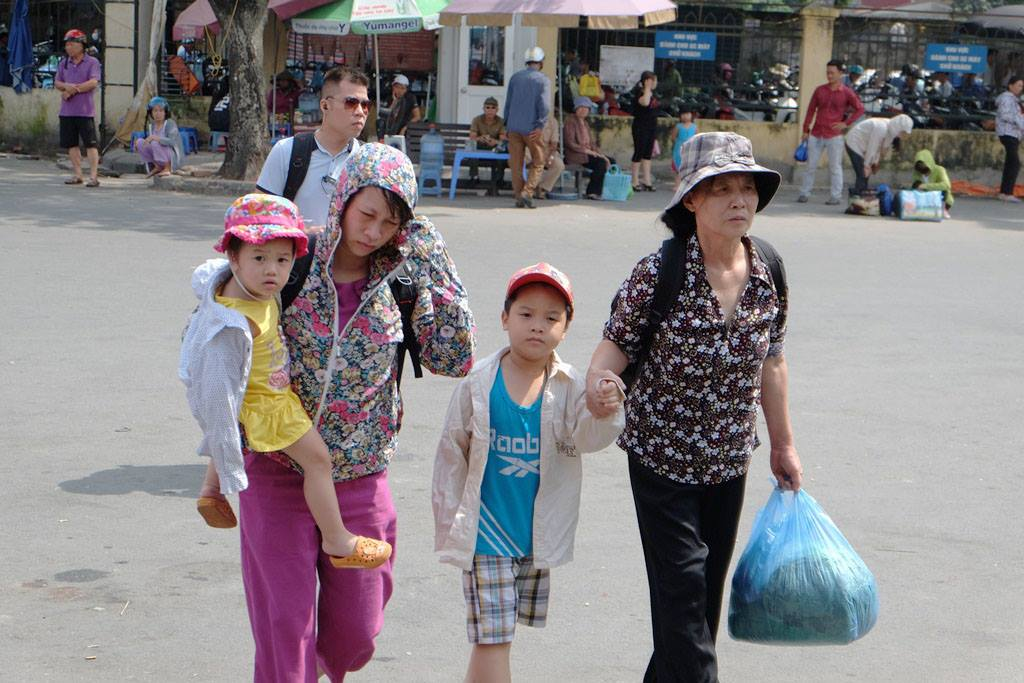 Kết thúc kỳ nghỉ lễ, người dân lỉnh kỉnh đồ đạc, mang theo trẻ nhỏ ùn ùn trở lại Hà Nội và Sài Gòn - Ảnh 6.