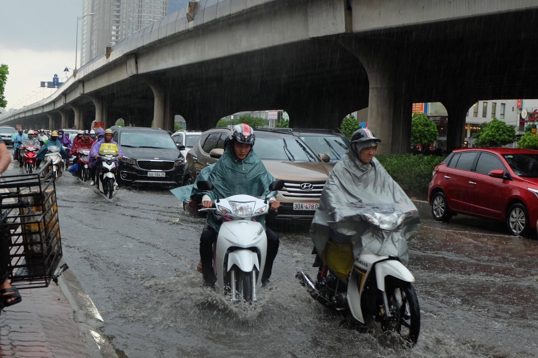 Người dân từ các tỉnh đổ về Thủ đô chật vật di chuyển trong mưa lớn sau kì nghỉ lễ kéo dài - Ảnh 9.