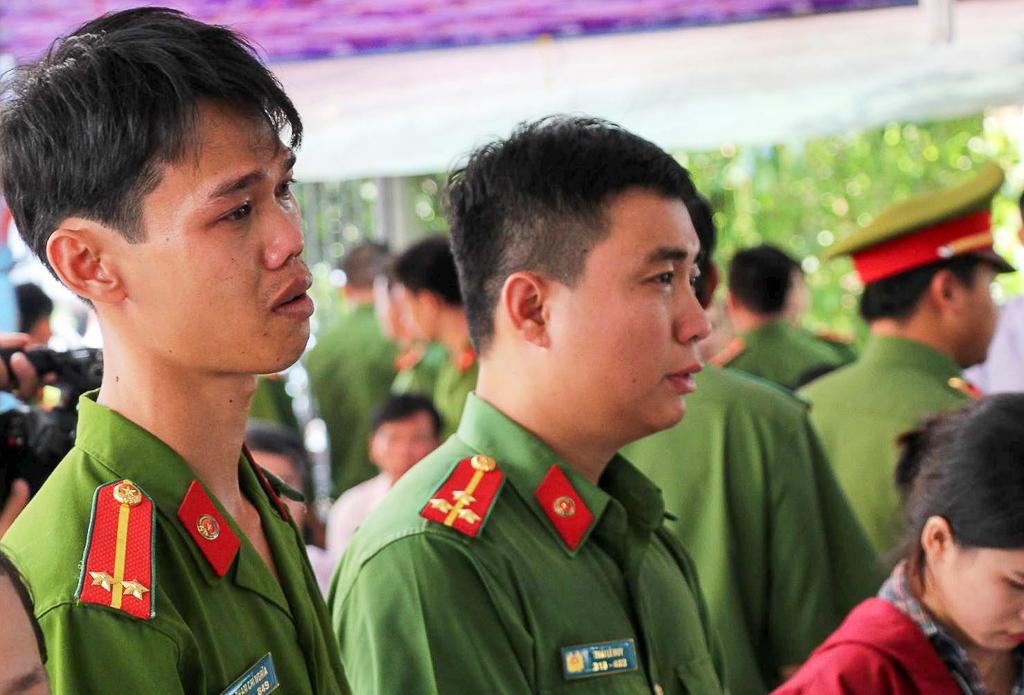 Đồng đội nghẹn ngào tiễn đưa chiến sĩ PCCC hy sinh khi tham gia dập lửa tại ngôi nhà ở Sài Gòn - Ảnh 1.