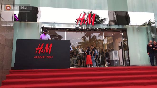 H&M mở cửa đón khách: Đông tới nỗi bên ngoài kẹt cứng, bên trong loạn lạc - Ảnh 2.