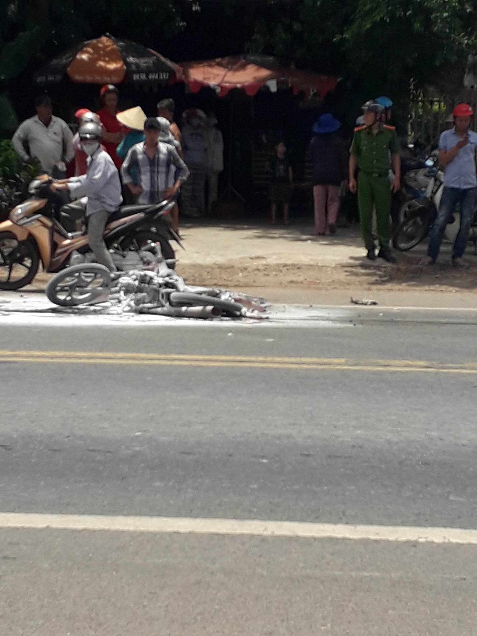 Va chạm với xe tải, xe máy bốc cháy khiến mẹ cùng con 3 tuổi bỏng nặng - Ảnh 1.