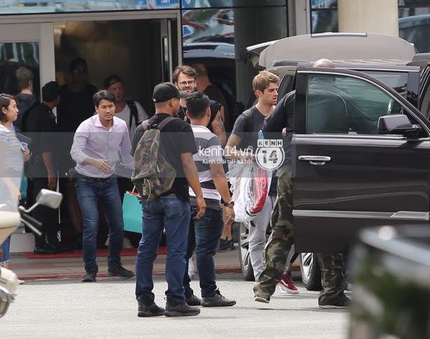 Độc quyền: The Chainsmokers được Phillip đón ngay tại chân chuyên cơ ở Tân Sơn Nhất, thân thiện vẫy tay chào fan Việt - Ảnh 7.