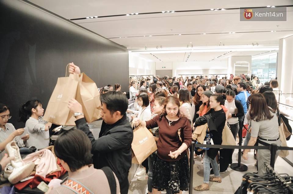 Zara Hà Nội khai trương: Tới trưa khách đông nghịt, ai cũng nô nức mua sắm như đi trẩy hội - Ảnh 2.