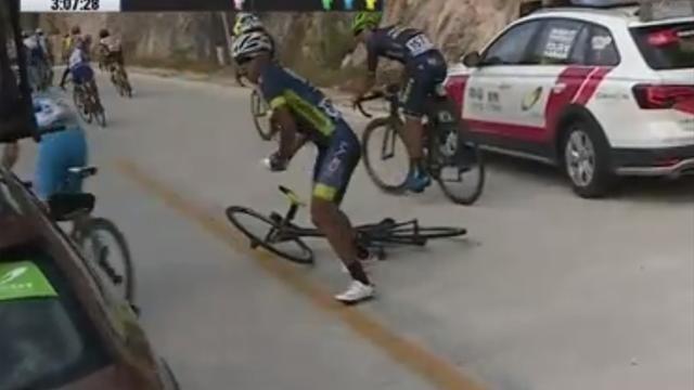 Cua-rơ Trung Quốc đấm đá túi bụi, rút bơm xe tấn công đội đua Thụy Sĩ - Ảnh 3.