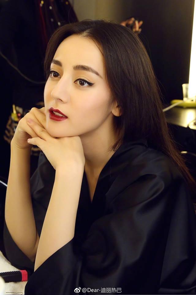Sao Hoa Ngữ: Hành trình nhan sắc của Địch Lệ Nhiệt Ba: Từ em gái nhỏ Tân Cương vút lên trở thành mỹ nhân 9X đình đám Cbiz hiện tại