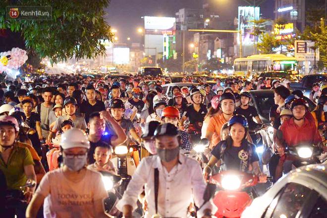 Người dân ùn ùn đổ về Trung tâm Hà Nội để chơi trung thu, nhiều tuyến đường kẹt cứng - Ảnh 17.