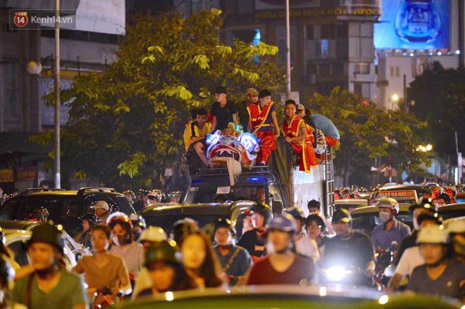 Người dân ùn ùn đổ về Trung tâm Hà Nội để chơi trung thu, nhiều tuyến đường kẹt cứng - Ảnh 19.