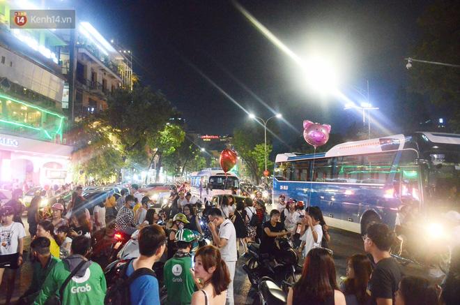 Người dân ùn ùn đổ về Trung tâm Hà Nội để chơi trung thu, nhiều tuyến đường kẹt cứng - Ảnh 9.