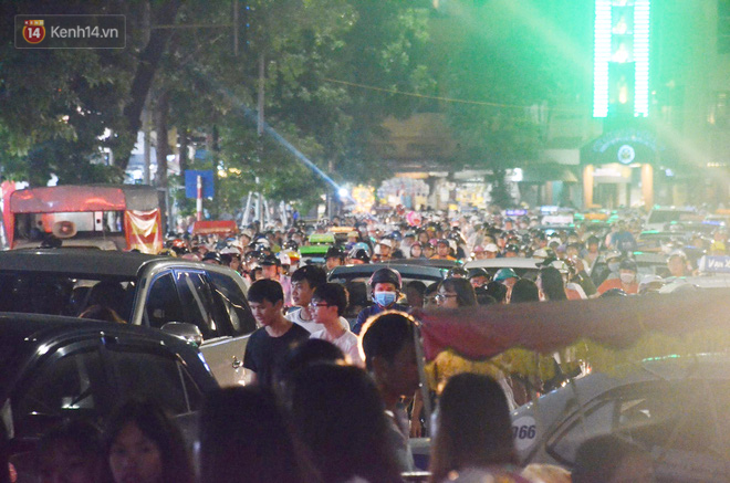 Người dân ùn ùn đổ về Trung tâm Hà Nội để chơi trung thu, nhiều tuyến đường kẹt cứng - Ảnh 10.