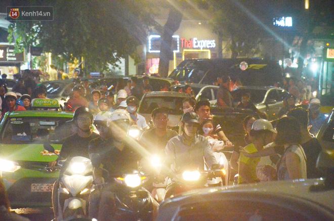 Người dân ùn ùn đổ về Trung tâm Hà Nội để chơi trung thu, nhiều tuyến đường kẹt cứng - Ảnh 11.