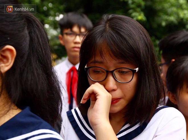 Các thế hệ học trò trường Lương Thế Vinh mắt đỏ hoe tiễn thầy Văn Như Cương - Ảnh 12.