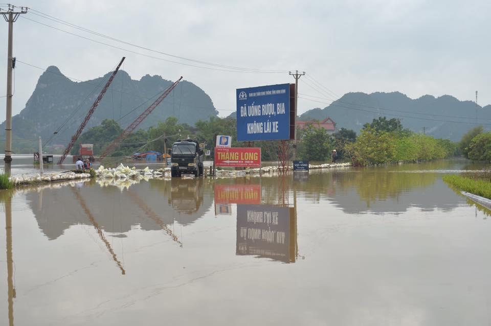 Chùm ảnh: Ninh Bình nhiều nơi nước ngập quá 2m, đường vào khu du lịch Bái Đính bị cô lập - Ảnh 4.