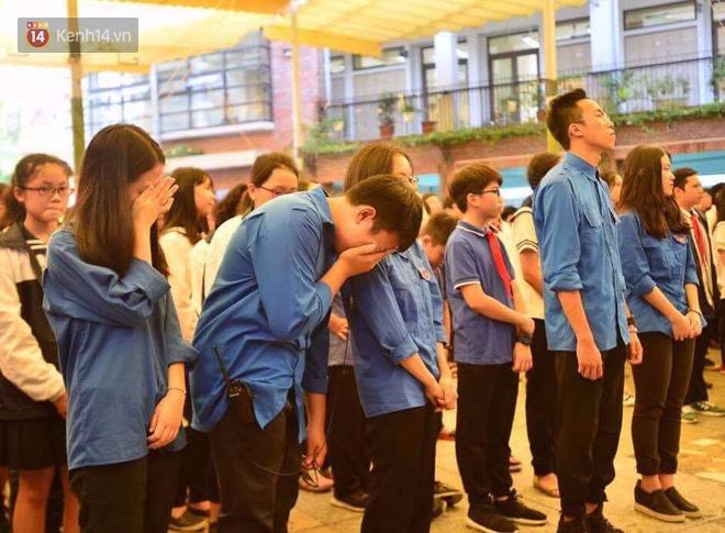 Các thế hệ học trò trường Lương Thế Vinh mắt đỏ hoe tiễn thầy Văn Như Cương - Ảnh 3.