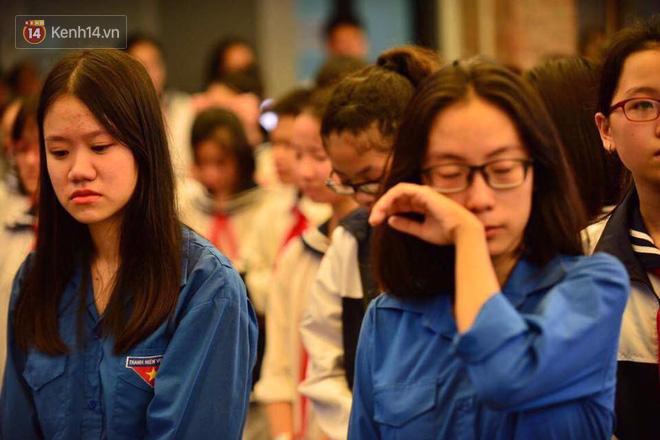 Các thế hệ học trò trường Lương Thế Vinh mắt đỏ hoe tiễn thầy Văn Như Cương - Ảnh 2.