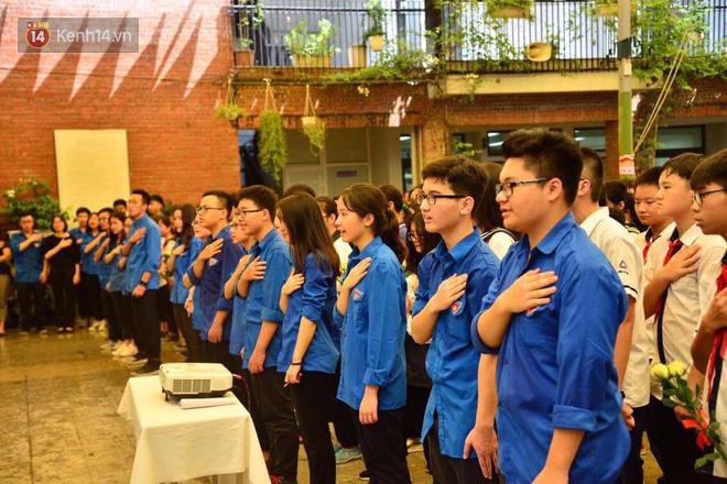 Các thế hệ học trò trường Lương Thế Vinh mắt đỏ hoe tiễn thầy Văn Như Cương - Ảnh 6.