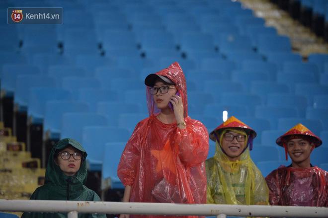 Gần 70 tuổi, HLV Mai Đức Chung vẫn dầm mưa truyền cảm hứng như thế này - Ảnh 4.