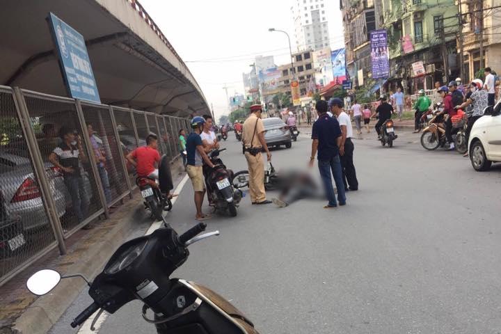 Hà Nội: Va chạm với người điều khiển xe Lead, nam thanh niên đi Dream ngã đập đầu xuống đất phải nhập viện - Ảnh 1.