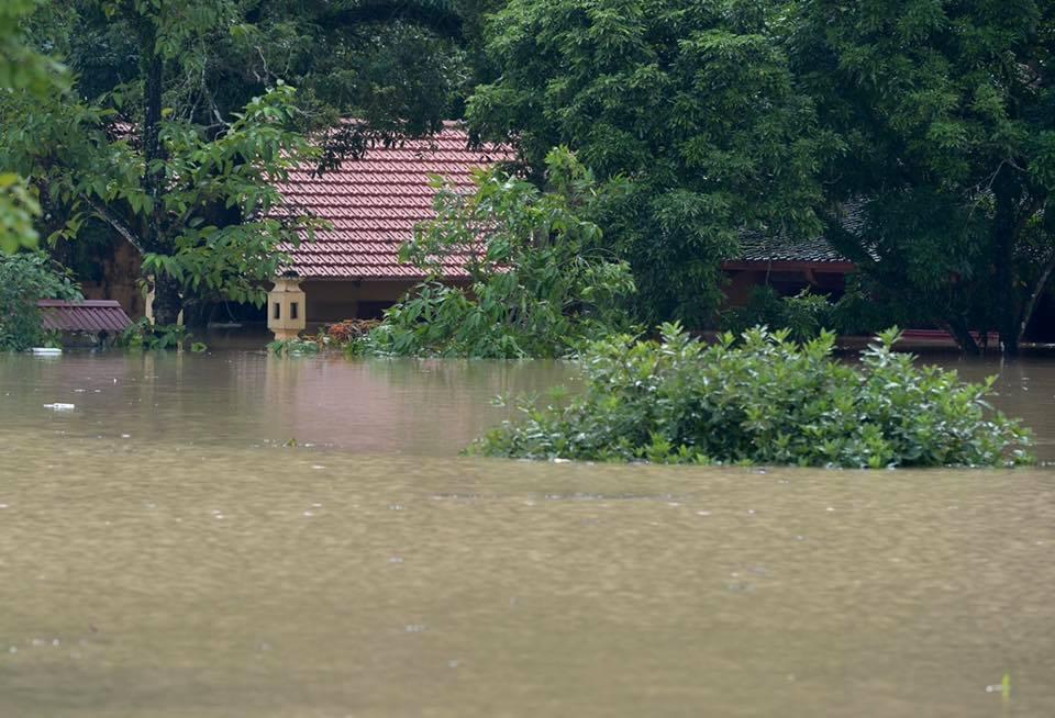 Chùm ảnh: Ninh Bình nhiều nơi nước ngập quá 2m, đường vào khu du lịch Bái Đính bị cô lập - Ảnh 10.