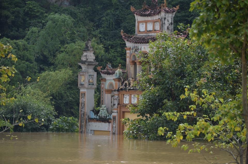Chùm ảnh: Ninh Bình nhiều nơi nước ngập quá 2m, đường vào khu du lịch Bái Đính bị cô lập - Ảnh 8.