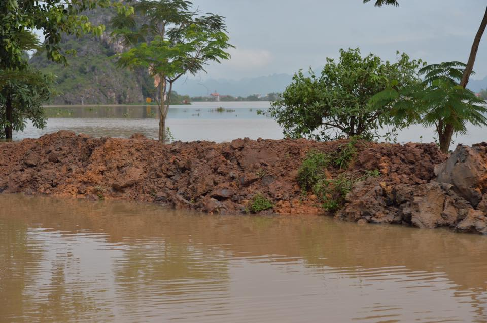 Chùm ảnh: Ninh Bình nhiều nơi nước ngập quá 2m, đường vào khu du lịch Bái Đính bị cô lập - Ảnh 6.