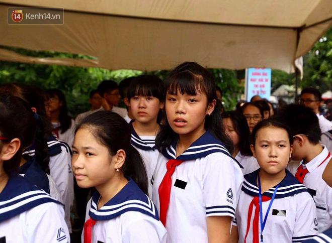 Các thế hệ học trò trường Lương Thế Vinh mắt đỏ hoe tiễn thầy Văn Như Cương - Ảnh 11.