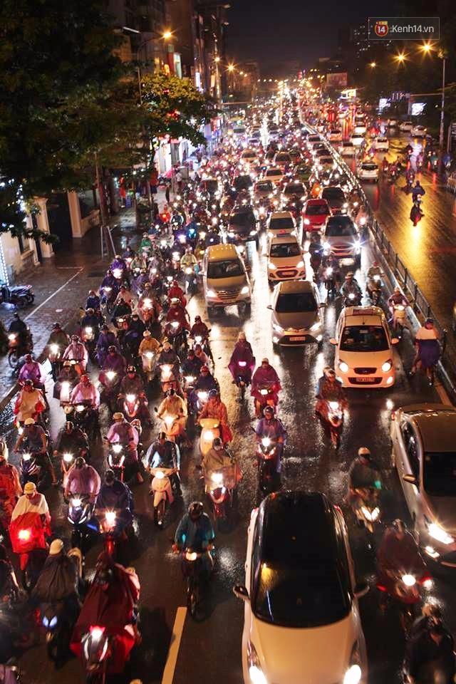 Hà Nội: Tắc đường kinh hoàng giờ tan tầm sau mưa lớn, di chuyển 3km cũng mất tới 1 tiếng đồng hồ! - Ảnh 2.