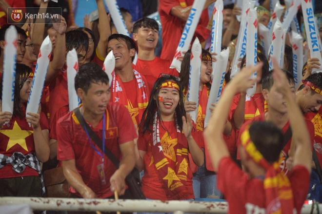 Gần 70 tuổi, HLV Mai Đức Chung vẫn dầm mưa truyền cảm hứng như thế này - Ảnh 5.