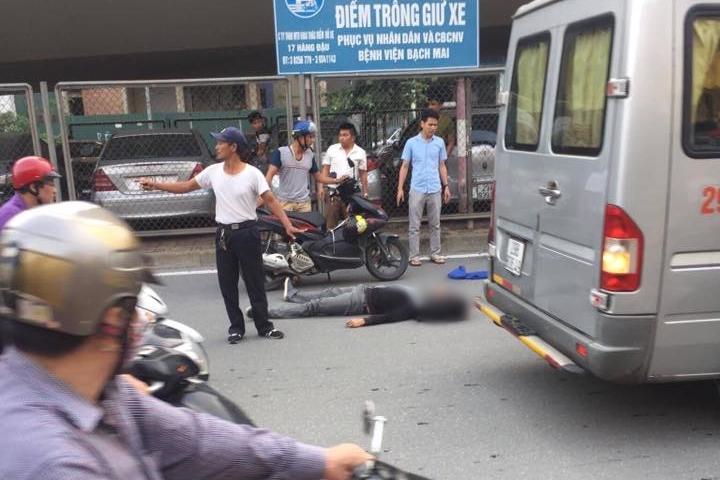 Hà Nội: Va chạm với người điều khiển xe Lead, nam thanh niên đi Dream ngã đập đầu xuống đất phải nhập viện - Ảnh 2.