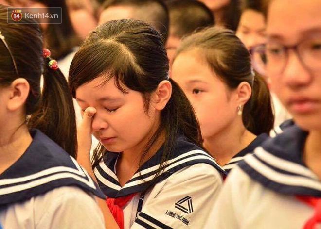 Các thế hệ học trò trường Lương Thế Vinh mắt đỏ hoe tiễn thầy Văn Như Cương - Ảnh 8.