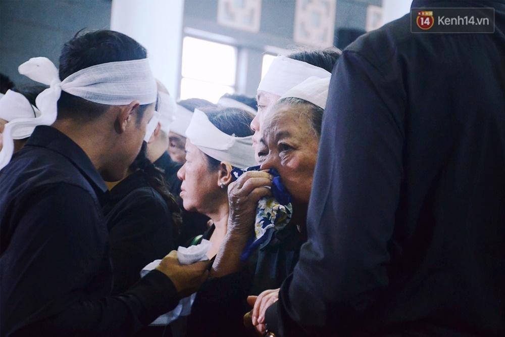Hình ảnh khiến ai cũng rơi nước mắt: Vợ thầy Văn Như Cương ngồi khóc bên linh cữu, không thể đứng vững khi cử hành tang lễ - Ảnh 8.