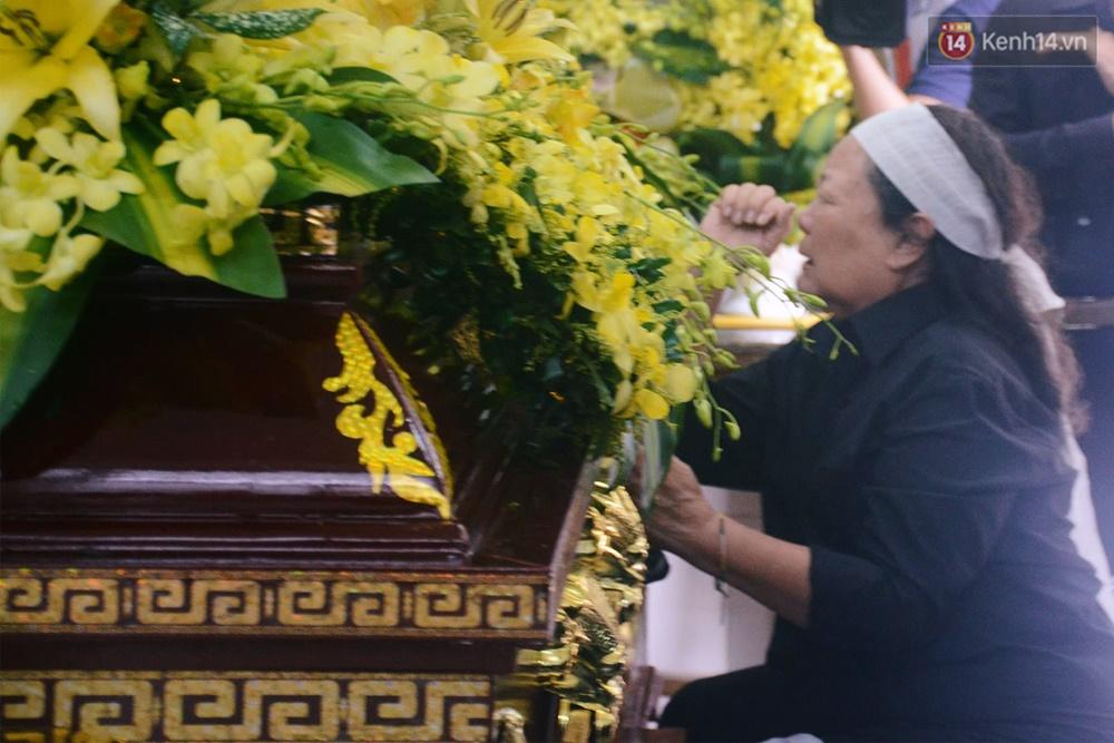 Hình ảnh khiến ai cũng rơi nước mắt: Vợ thầy Văn Như Cương ngồi khóc bên linh cữu, không thể đứng vững khi cử hành tang lễ - Ảnh 1.