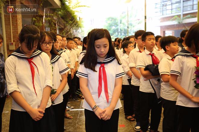 Các thế hệ học trò trường Lương Thế Vinh mắt đỏ hoe tiễn thầy Văn Như Cương - Ảnh 14.