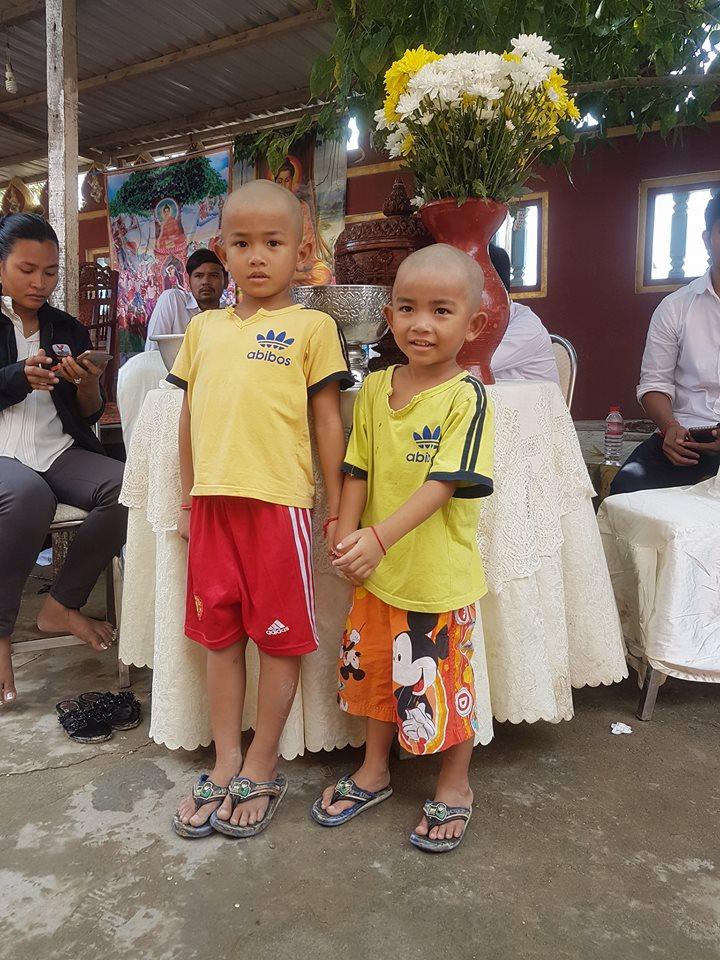 Hai con trai thơ dại của San Sreylai và chồng trong đám tang