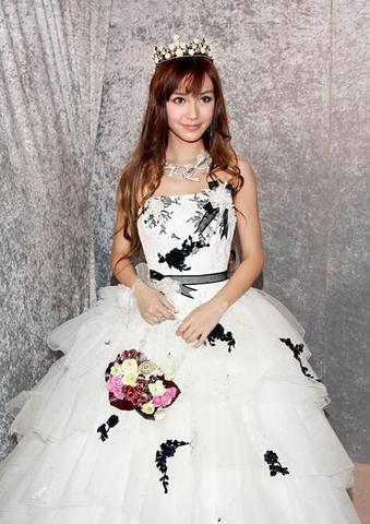 Angela Baby - Địch Lệ Nhiệt Ba cùng mặc váy cưới: Ai đẹp xuất sắc hơn ai? - Ảnh 1.