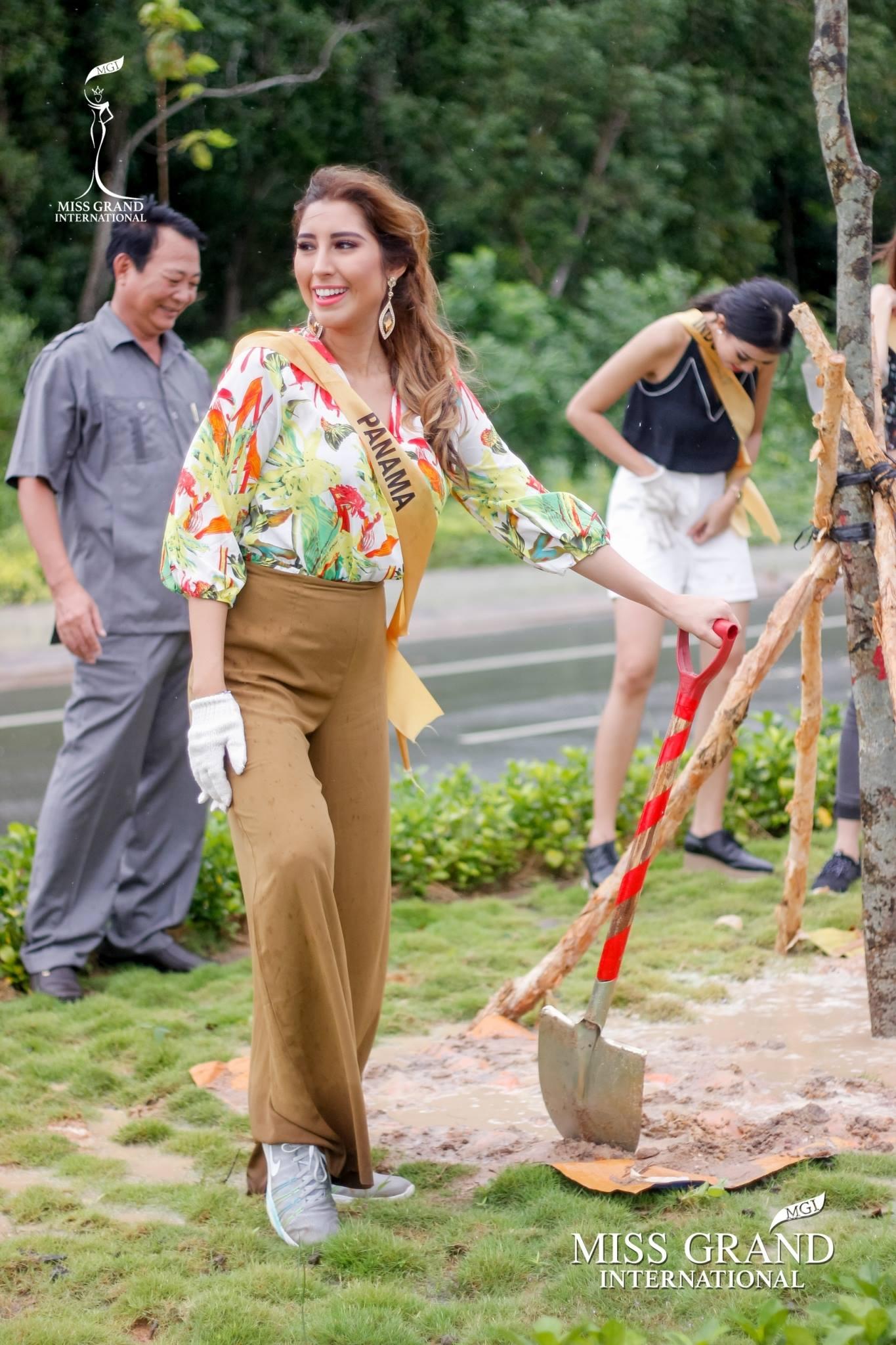 Thí sinh Miss Grand International 2017 duyên dáng trong tà áo bà ba vãn cảnh chùa - Ảnh 11.