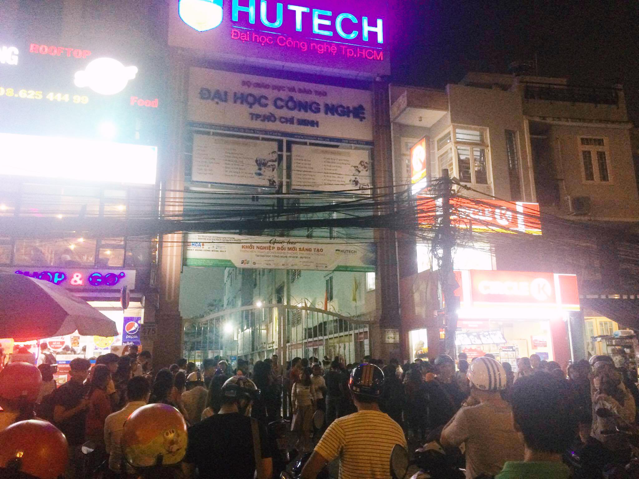 Trường Hutech đóng kín cổng sau khi một nam sinh viên tử vong thương tâm nghi do bê tông từ trên cao rơi trúng đầu - Ảnh 3.