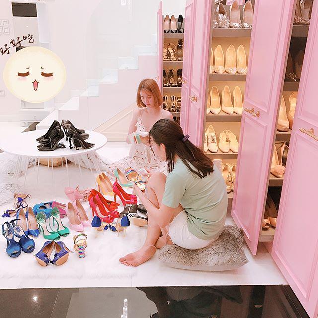 Con gái sẽ phải thích mê khi ngắm 6 tủ toàn giày hiệu của Ngọc Trinh cho mà xem! - Ảnh 2.