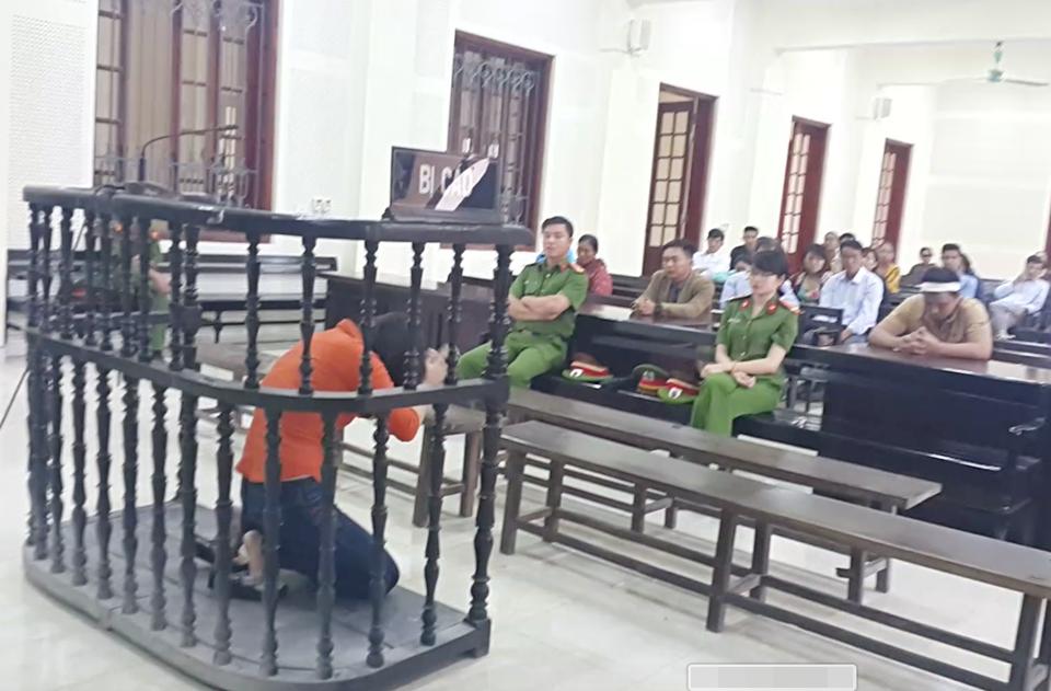 Được phép nói lời cuối cùng, nữ bị cáo chắp tay quỳ lạy xin lỗi phía gia đình nạn nhân - Ảnh 2.