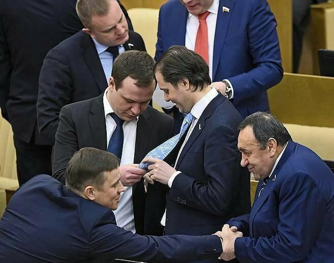Giờ giải lao ở hội nghị chính phủ Nga: chính trị gia khoe ca vát, ăn quà vặt và selfie - Ảnh 2.