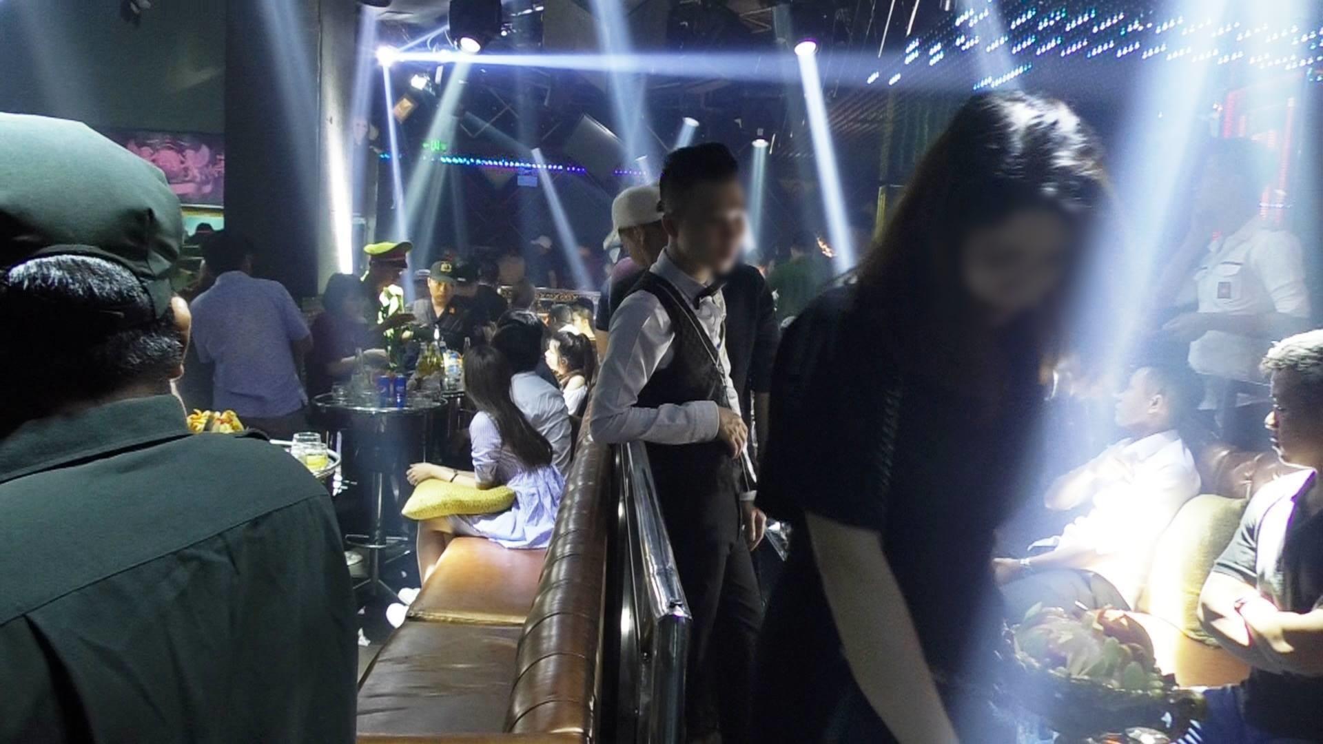 Đột kích 3 quán bar nổi tiếng ở trung tâm Sài Gòn, phát hiện nhiều dân chơi nghi sử dụng ma tuý - Ảnh 6.