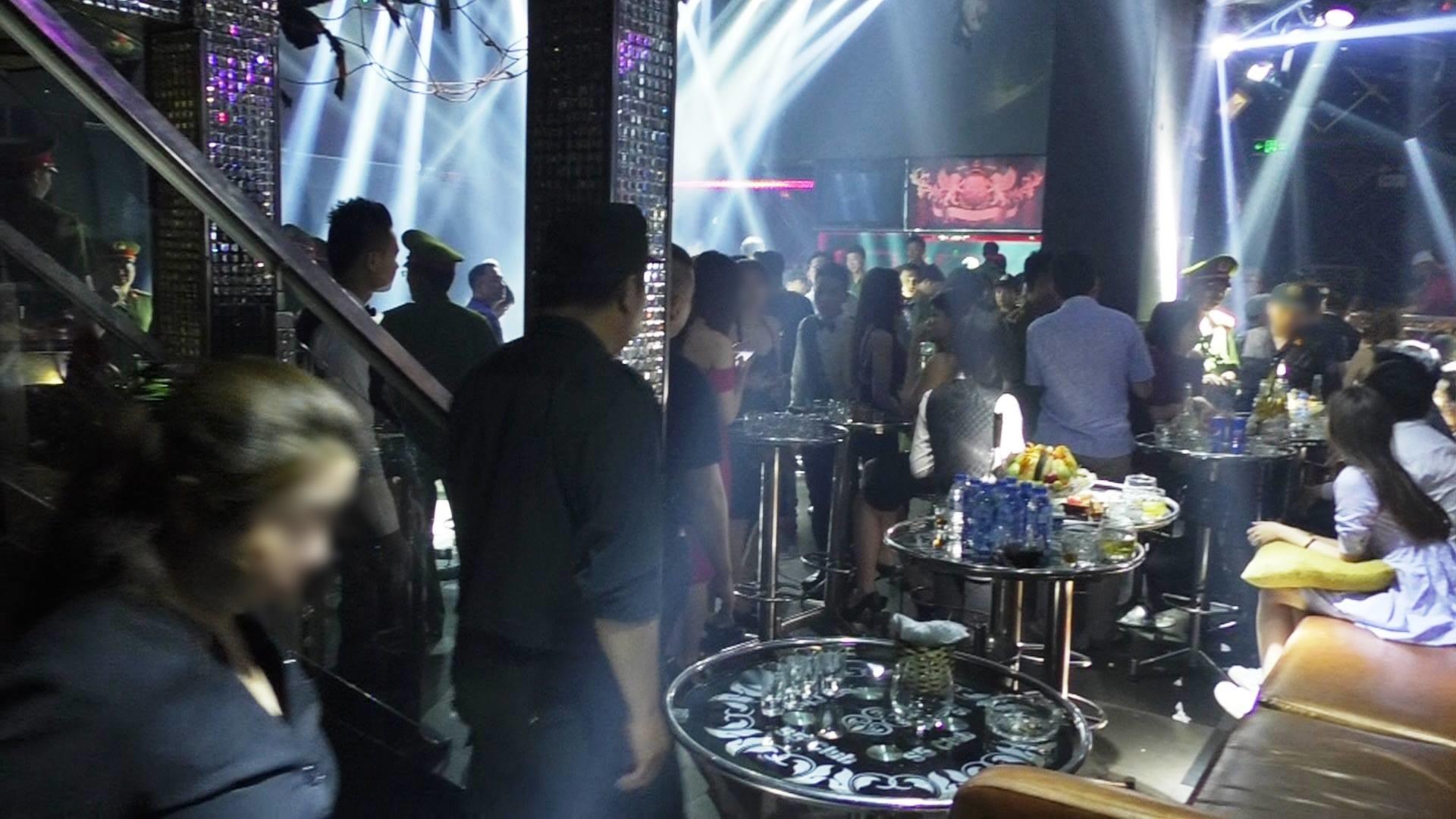 Đột kích 3 quán bar nổi tiếng ở trung tâm Sài Gòn, phát hiện nhiều dân chơi nghi sử dụng ma tuý - Ảnh 2.