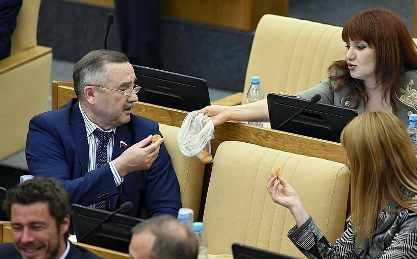 Giờ giải lao ở hội nghị chính phủ Nga: chính trị gia khoe ca vát, ăn quà vặt và selfie - Ảnh 4.