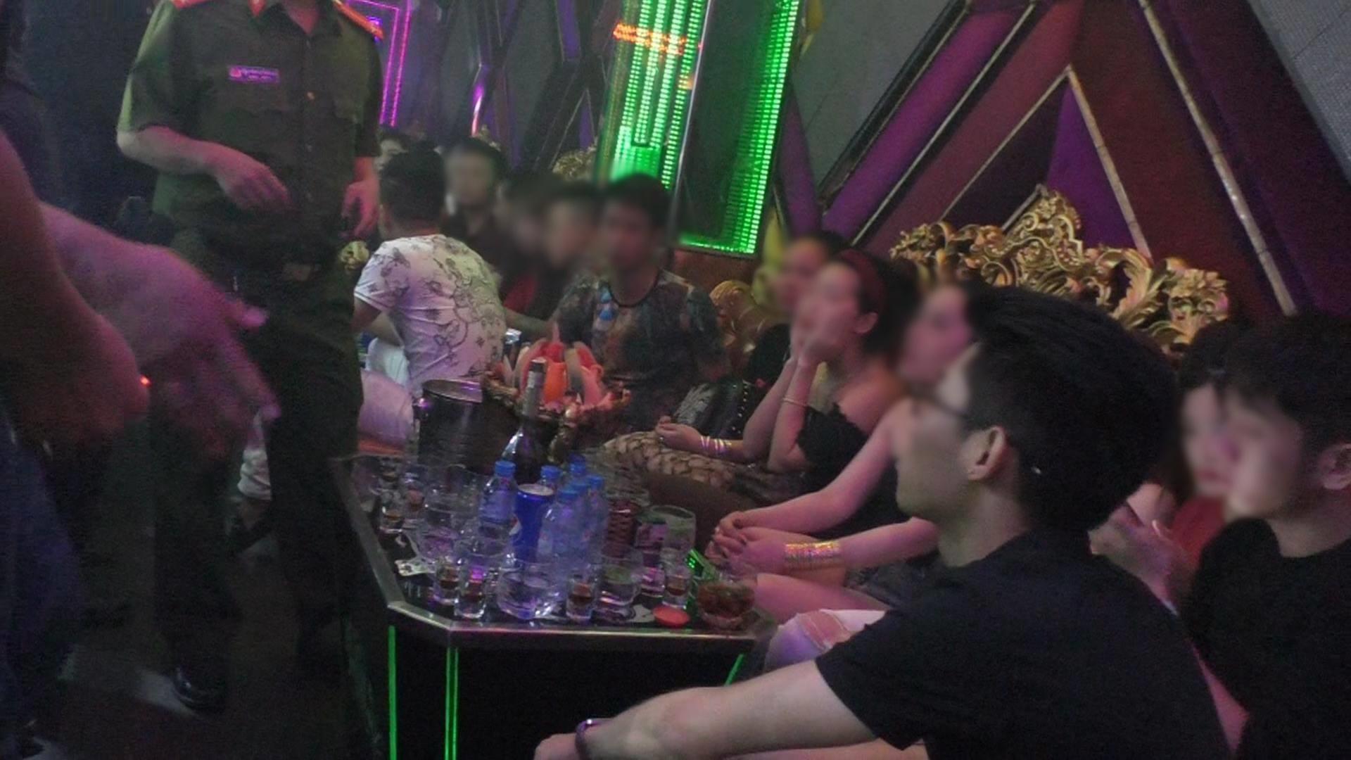 Đột kích 3 quán bar nổi tiếng ở trung tâm Sài Gòn, phát hiện nhiều dân chơi nghi sử dụng ma tuý - Ảnh 1.
