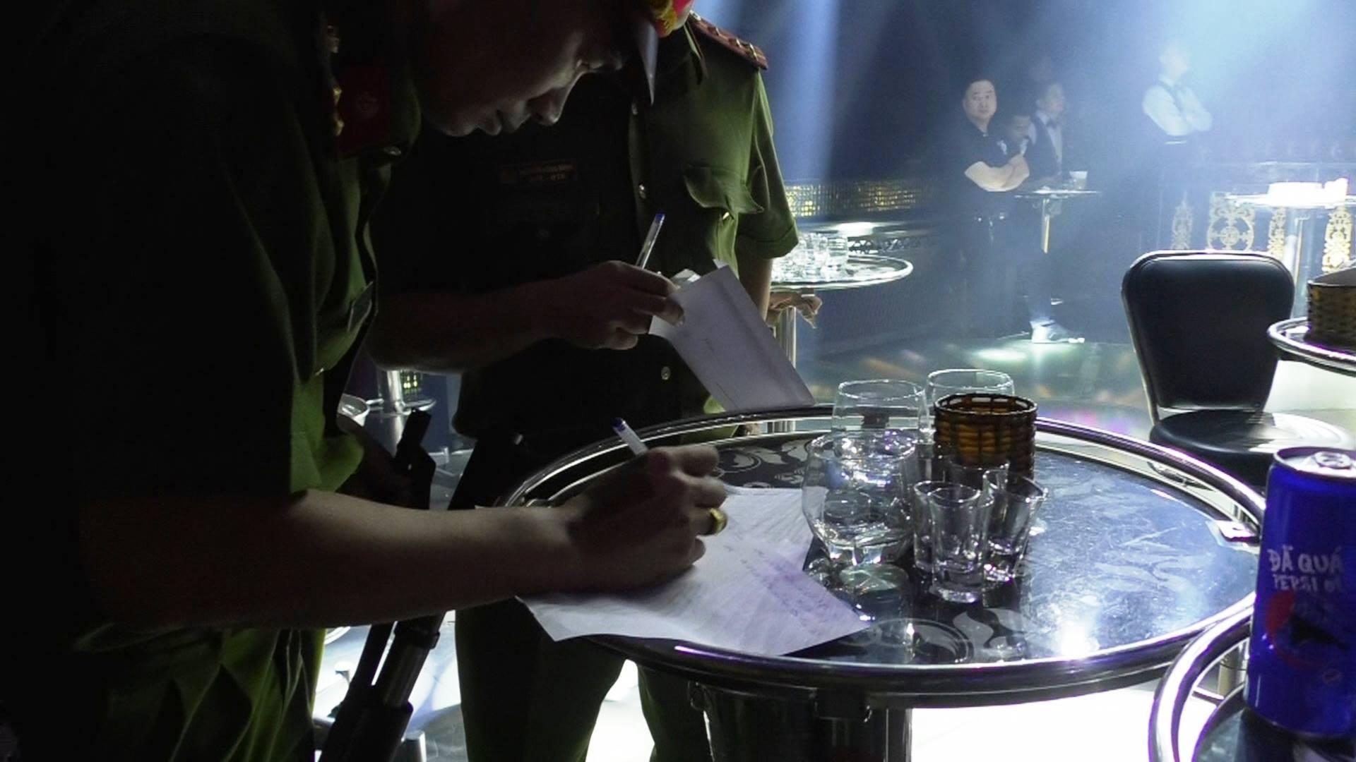 Đột kích 3 quán bar nổi tiếng ở trung tâm Sài Gòn, phát hiện nhiều dân chơi nghi sử dụng ma tuý - Ảnh 8.