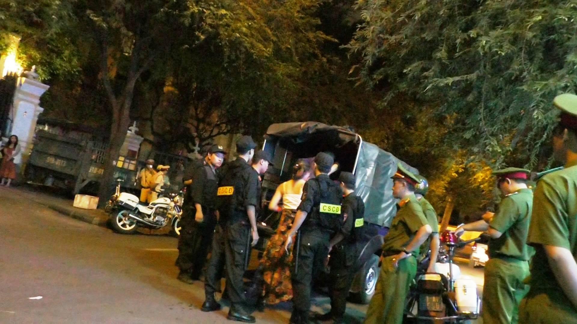 Đột kích 3 quán bar nổi tiếng ở trung tâm Sài Gòn, phát hiện nhiều dân chơi nghi sử dụng ma tuý - Ảnh 7.