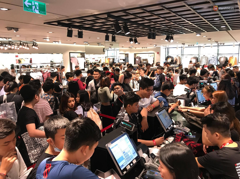 H&M mở cửa đón khách: Đông tới nỗi bên ngoài kẹt cứng, bên trong loạn lạc - Ảnh 29.