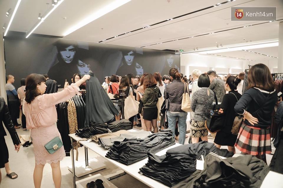 Zara Hà Nội khai trương: Tới trưa khách đông nghịt, ai cũng nô nức mua sắm như đi trẩy hội - Ảnh 6.