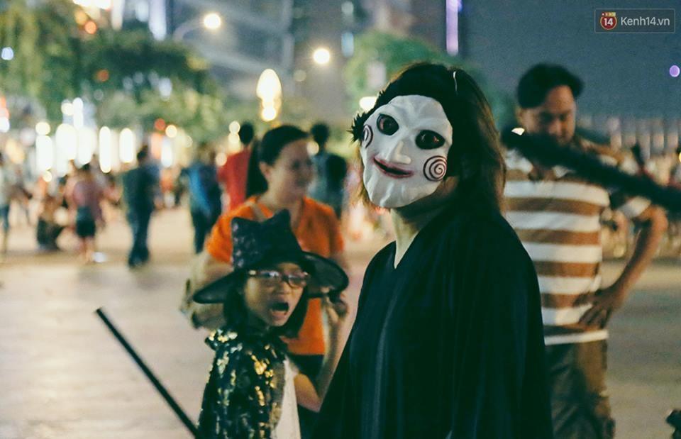Đầu tư mùa Halloween, nhiều bạn trẻ Sài Gòn hóa trang rùng rợn trêu đùa trẻ em ở phố đi bộ Nguyễn Huệ - Ảnh 5.