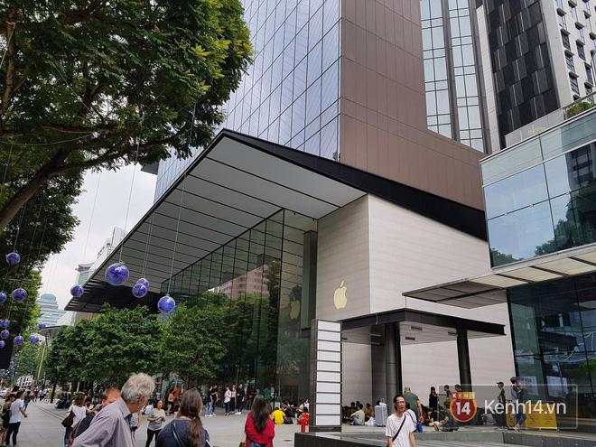 Mở bán iPhone X: Singapore và Úc la liệt người xếp hàng, thậm chí rao bán chỗ cho ai có nhu cầu - Ảnh 1.